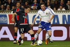 <p>O jogador do Paris St Germain Jeremy Clement (E) disputa lance com Artem Milevskiy, do Dynamo Kiev, pela Copa da Uefa. REUTERS/Benoit Tessier</p>