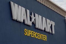 <p>Логотип Wal-Mart на магазине сети в Роджерсе, Арканзас 5 июня 2008 года. Крупнейшая в мире сеть розничной торговли Wal-Mart отзывает около 200.000 пар женской обуви из своих магазинов, сообщил Комиссия по безопасности потребительских продуктов США в четверг. REUTERS/Jessica Rinaldi</p>