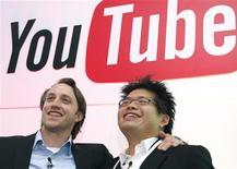 <p>Создатели портал Чэд Херли (слево) и Стив Чен на пресс-конференции в Париже 19 июня 2007 года. HПринадлежащий Google видеопортал YouTube и Universal Music Group, крупнейший в мире издатель музыки, откроют сайт с высококачественным музыкальным видео. REUTERS/Philippe Wojazer</p>
