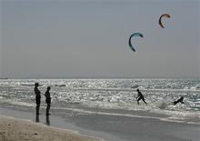 <p>People walk along Varadero beach in Matanzas April 9, 2009.REUTERS/Enrique De La Osa</p>