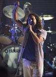 <p>Vocalista Eddie Vedder do Pearl Jam em apresentação em Los Angeles. 17/07/2008. REUTERS/Mario Anzuoni</p>