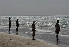 <p>People stand along Varadero beach in Matanzas April 9, 2009. REUTERS/Enrique De La Osa</p>