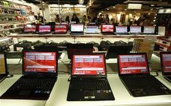 """<p>Les ventes mondiales de micro-ordinateurs ont reculé de 7,1% au premier trimestre 2009, selon le cabinet IDC, qui souligne que la baisse des prix et le succès croissant des """"netbooks"""" ont permis de limiter la baisse. /Photo prise le 27 février 2009/REUTERS/Eric Gaillard</p>"""