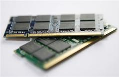 <p>Des mémoires DRAM. Le gouvernement japonais réfléchit aux moyens de venir en aide à Elpida Memory, troisième fabricant mondial de mémoires DRAM, mais il est très loin d'avoir pris une décision, selon des sources gouvernementales. /Photo prise le 5 mars 2009/REUTERS/Nicky Loh</p>