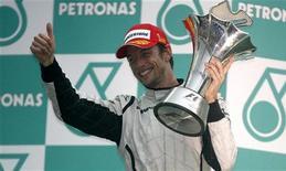 <p>Il pilota Jenson Button festeggia la vittoria del Gp di Malaysia. REUTERS/David Loh</p>