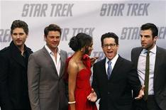 """<p>Los actores Eric Bana, Karl Urban, Zoe Saldana, el director J.J. Abrams y Zachary Quinto posan en la alfombra roja para el estreno de """"Star Trek"""" en Berlín, 16 abr 2009. El director de la nueva película de la famosa saga de ciencia ficción """"Star Trek"""", J.J. Abrams, reconoció el viernes que no era fan de la serie y que decidió dirigir la película porque le """"daría celos"""" que otro lo hiciera. REUTERS/Fabrizio Bensch</p>"""