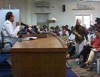 <p>Le ministre indien de l'Intérieur, Palaniappan Chidambaram, victime d'un tir de chaussures lors d'une conférence de presse, au début du mois. Peu soucieux de servir de cibles à des électeurs mécontents qui pratiquent le lancer de chaussures, les dirigeants indiens participant aux élections législatives optent pour un surcroît de sécurité: les militants doivent se déchausser lors des meetings et des filets métalliques sont installés lors des rassemblements. /Image du 7 avril 2009/REUTERS/ANI TV</p>
