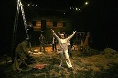 """<p>Foto tomada el 28 de marzo de 2009 de la obra """"Animal Farm"""", presentada por un grupo de actores palestinos en el Freedom Theatre, en un campamento de refugiados en Jenin, en Cisjordania. En medio de ataques con bomba y arriesgando la ira de funcionarios, los palestinos de un campamento de refugiados conocido por luchar contra soldados israelíes ahora combaten las falencias en su sociedad con representaciones de sátira política. REUTERS/Mohamad Torokman (CISJORDANIA)</p>"""