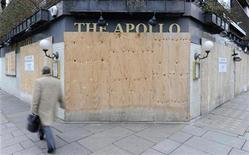 <p>A man walks past a boarded-up pub in central London January 15, 2009. REUTERS/Toby Melville</p>