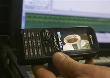 <p>Un cellulare. Nokia ha venduto la sua divisione Tv mobile all'indiana Wipro. REUTERS/Arben Celi</p>