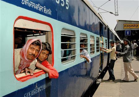 India Maoists briefly hijack train ahead of poll day