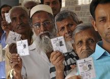<p>Жители Индии демонстрируют свои документы на избирательном участке в городе Ранчи 23 апреля 2009 года. - В Индии стартовал второй тур всеобщих выборов, в котором примет участие около 200 миллионов человек. REUTERS/Rajesh Kumar Sen</p>