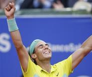 <p>Rafael Nadal, da Espanha, comemora sua quinta vitória consexutiva do Aberto de Barcelona ao derrotar o compatriota David Ferrer neste domingo. REUTERS/Albert Gea</p>