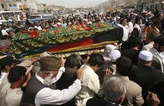 <p>Amigos e parentes de Ajmal Naqshbandi, o tradutor afegão de um jornalista italiano sequestrado, carregam seu caixão durante seu funeral em Cabul. 11/04/2007. REUTERS/Goran Tomasevic</p>