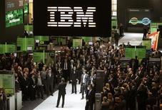 <p>Foto de archivo del logo de la compañía IBM durante la feria tecnológica CeBIT desarrollada en Hannoverm, Alemania, 3 mar 2009. La empresa de servicios tecnológicos International Business Machines Corp (IBM) afirmó el martes que subirá su dividendo y recomprará más acciones, dando muestras de su relativa fortaleza en medio de las débiles condiciones del sector. REUTERS/Hannibal Hanschke</p>