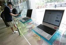 <p>Serie di notebook in un negozio di elettronica. REUTERS/Jo Yong-Hak (SOUTH KOREA)</p>