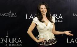 """<p>British actress Julia Ormond gestures as she poses during a photocall to promote her film """"La Conjura de El Escorial"""" in Madrid September 4, 2008. REUTERS/Sergio Perez</p>"""