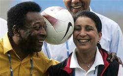 <p>Pelé brinca com Nawal El Moutawakel, membro do COI, durante visita ao Maracanã, no Rio de Janeiro, que disputa com Chicago, Madri e Tóquio vaga para sediar a Olimpíada de 2016. 1/5/2009 REUTERS/Bruno Domingos</p>