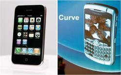<p>Selon le cabinet NPD, le BlackBerry Curve de Research in Motion est devenu au premier trimestre le smartphone le plus vendu aux particuliers aux Etats-Unis, devant l'iPhone Apple. /Photos d'archives/REUTERS/Mark Blinch et Punit Paranjpe</p>