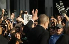 "<p>Actor Leonard Nimoy waves at fans at the premiere of the movie ""Star Trek"" at the Grauman's Chinese theatre in Hollywood, California April 30, 2009. REUTERS/Mario Anzuoni</p>"