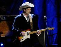 <p>Foto de archivo del cantautor estadounidense Bob Dylan durante la grabación especial en honor de su colega Willie Nelsons, Los Angeles, EEUU, 5 mayo 2004. Dylan,quien figuró por primera vez en la lista de éxitos Billboard 200 en 1963, registró el miércoles su quinto álbum número uno. REUTERS/Robert Galbraith</p>