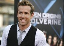 """<p>El actor Ryan Reynolds en el estreno de """"X-Men Origins: Wolverine"""" en Hollywood, 28 abr 2009. Luego de su reciente participación en el éxito de la taquilla """"X-Men Origins: Wolverine"""", uno de los personajes del filme podría protagonizar su propia película. El estudio 20th Century Fox está desarrollando un filme derivado basado en el personaje de Deadpool, el sarcástico mercenario interpretado por Ryan Reynolds. REUTERS/Mario Anzuoni</p>"""