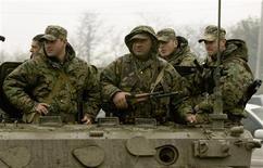 <p>Грузинские военнослужащие близ базы Мухровани 5 мая 2009 года. НАТО начала в среду военные учения в Грузии, несмотря на критику со стороны России и опасения, что маневры могут быть отменены из-за бескровно завершившегося накануне бунта в одной из грузинских военных частей. REUTERS/David Mdzinarishvili</p>