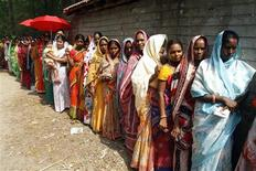<p>Voters line up to cast their votes at a polling booth in Nandigram, about 150 km (93 miles) southwest of Kolkata, May 7, 2009. Millions of Indians began voting in the fourth round of a general election on Thursday, including the possible swing state of West Bengal where the ruling Congress-led alliance hopes to win crucial seats. REUTERS/Jayanta Shaw</p>