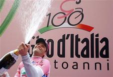 <p>Alessandro Petacchi festeggia la maglia rosa REUTERS/Stefano Rellandini</p>