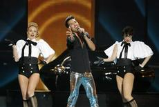 <p>Oscar Loya (C) of Germany's Alex Swings Oscar Sings performs during a rehearsal for the Eurovision Song Contest final in Moscow May 15, 2009. REUTERS/Sergei Karpukhin</p>