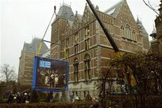 <p>The world famous painting De Nachtwacht by Rembrandt van Rijn is wheeled out of the Rijksmuseum by a moving company to its new, temporary, destination in Amsterdam December 11, 2003. REUTERS/Michael Kooren</p>