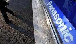 <p>Logotipo da Panasonic na sede da empresa em Tóquio. As ações da companhia despencaram quase 9 por cento nesta segunda-feira, após a empresa prever um prejuízo maior que o esperado, levando corretoras a reduzirem classificação da fabricante de eletrônicos.</p>