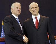 <p>Президент Сербии Борис Тадич (слева) и вице-президент США Джо Байден на встрече в Белграде 20 мая 2009 года. Президент Сербии Борис Тадич надеется открыть новую страницу взаимоотношений с Вашингтоном через 10 лет после того, как авиация НАТО бомбила балканское государство из-за действий Белграда в Косово. REUTERS/Ivan Milutinovic</p>