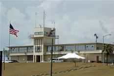<p>Вид на контрольную башню тюрьмы Гуантанамо на Кубе 27 июля 2008 года. Сенат США в среду отказался финансировать закрытие тюрьмы на американской военной базе в Гуантанамо. REUTERS/Randall Mikkelsen</p>