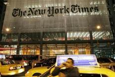 <p>Un hombre habla por celular frente del edificio del diario New York Times en la ciudad de Nueva York, 21 mayo 2009. El buscador de internet Google ha decidido que no va a adquirir ningún periódico, dijo el diario Financial Times, citando al presidente ejecutivo y presidente de la compañía, Eric Schmidt. REUTERS/Joel Boh</p>