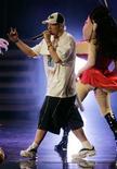 <p>Рэппер Эминем выступает на вручении премии MTV Movie Awards в Лос-Анджелесе 4 июня 2005 года. Первый за четыре года студийный альбом рэппера Эминема больше рассказывает о его проблемах с наркотиками, нежели высмеивает всевозможных звезд и докучливых родственников, но глубокий самоанализ не помешает ему дойти до вершины чартов, считают эксперты. REUTERS/Fred Greaves</p>