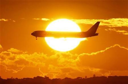 An international passenger plane approaches Sydney airport April 28, 2009. REUTERS/Tim Wimborne