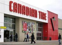 <p>Customers enter a Canadian Tire store in Toronto March 5, 2009 . REUTERS/Mike Cassese</p>