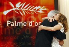 <p>Il regista Michael Haneke riceve l'abbraccio della presidente della giuria del festival di Cannes, Isabelle Huppert. REUTERS/Regis Duvignau</p>