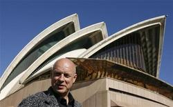 <p>British contemporary artist Brian Eno poses next to the Sydney Opera House as part of the Vivid Festival in Syndey May 26, 2009. REUTERS/Daniel Munoz</p>