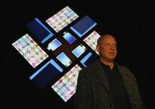 """<p>L'artista britannico Brian Eno davanti al suo lavoro """"77 milion paintings"""", alla Sidney Opera House. REUTERS/Daniel Munoz (AUSTRALIA SOCIETY ENTERTAINMENT)</p>"""