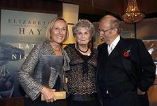 <p>Канадская новеллистка Элис Манро (в центре) на вручении литературной премии Giller Prize в Торонто 6 ноября 2007 года. Канадской новеллистке Элис Манро в среду присудили Международную Букеровскую премию в 66.000 фунтов ($96.000). REUTERS/ Mike Cassese</p>