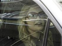 <p>Модель Ноэми Летиция в автомобиле у своего дома на окраине Неаполя 29 апреля 2009 года. Премьер-министр Италии Сильвио Берлускони, отрицающий обвинения в близких отношениях с 18-летней фотомоделью, пообещал уйти в отставку в случае, если его слова окажутся ложью. REUTERS/Stringer</p>