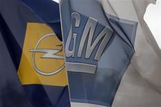 <p>Banderas de Opel y General Motors frente de una planta de Opel en Kaiserslautern, Alemania, 28 mayo 2009. Los acreedores de GM aceptaron el jueves una oferta revisada de títulos por acciones, lo que despeja el camino para un rápido proceso de bancarrota. REUTERS/Johannes Eisele</p>