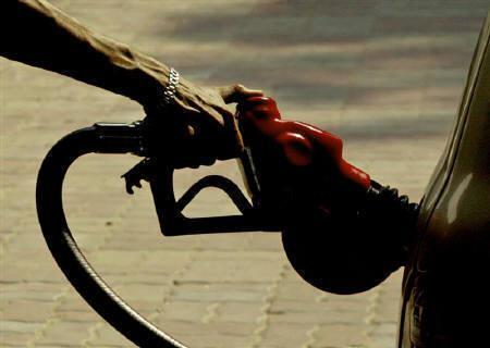 A worker fills a car at a petrol pump in New Delhi in this September 6, 2005 file photo. REUTERS/Adnan Abidi/Files