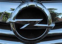 <p>Логотип Opel на автомобиле у дилера Opel в Бохуме, Германия, 29 мая 2009 года. Австро-канадский производитель запчастей Magna вместе с российскими Сбербанком и ГАЗом выиграли в борьбе за спасение Opel. В ночь на субботу власти Германии и General Motors объявили о сделке по продаже немецкого автогиганта. REUTERS/Ina Fassbender</p>
