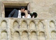 <p>Luca Ceccarelli besa a Irene Lanforti tras casarse en Casa di Giulietta en Verona, Italia, 1 jun 2009. Un Romeo moderno finalmente se quedó el lunes con su chica cuando la norteña ciudad italiana de Verona abrió el balcón donde Julieta esperaba por su amante como un lugar para celebrar matrimonios. REUTERS/Alessandro Garofalo</p>