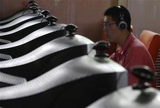 <p>Un hombre usa un computador en un cibercafé en Changzhi, China, 3 jun 2009. ¿Pasa más tiempo en redes sociales y blogs? No está solo, ya que las últimas cifras muestran que la cantidad de minutos utilizados en sitios de redes sociales en internet casi se duplicó durante el año pasado en Estados Unidos. Nielsen Online, que mide tráfico en línea, dijo que la cantidad de minutos que se pasa en redes sociales en Estados Unidos repuntó un 83 por ciento en abril desde el mismo mes hace un año, pero descubrió que los usuarios se movían con rapidez y que los sitios podían caer en desgracia rápidamente. REUTERS/Stringer</p>