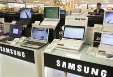 <p>Un hombre mira computadores portátiles de Samsung en una tienda en Seúl, 24 abr 2009. La firma de investigación IDC elevó un 20 por ciento su previsión de envíos mundiales de netbooks del 2009, ante la fuerte demanda en algunas regiones y el hecho de que cada vez más operadoras de telecomunicaciones están empezando a subsidiar estas computadoras portátiles de bajo costo. REUTERS/Lee Jae-Won/Archivo</p>