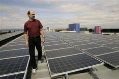 <p>Diretor de energias renováveis do Google, Bill Weihl, caminha entre coletores solares instalados na sede da empresa, na Califórnia.</p>